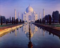 Despite itchy eyes, tourists flock to Taj Mahal