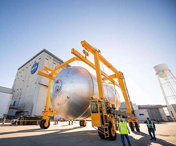 artemis-rocket-propellant-tanks-transported-hg.jpg