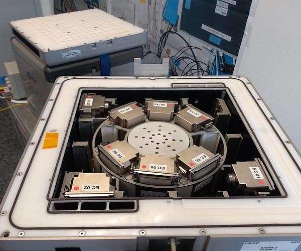 biomining-reactors-bacteria-recover-minerals-metals-hg.jpg