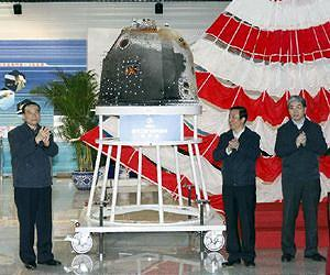 Niu Hongguang (L), deputy head of the General Armament Department of the Chinese People's Liberation Army (PLA), Xu Dazhe (C), head of the State Administration of Science, Technology and Industry for National Defence, and Lei Fanpei (R), chairman of the board of China Aerospace Science and Technology Corporation, attend the handover ceremony of the return capsule of China's unmanned lunar orbiter in Beijing, capital of China, Nov. 2, 2014.