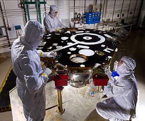 technicians-clean-room-insight-mars-lander-propulsion-proof-leak-testing-lg.jpg