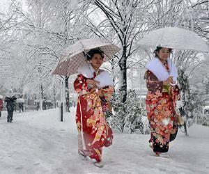women-kimono-snow-tokyo-japan-january-2013-afp-lg.jpg